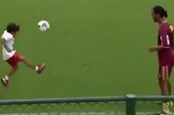 Ronaldinho'ya meydan okuyan minik!